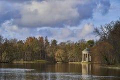 O templo de Apollo refletiu no lago, Nyphenburg, Munich, Alemanha imagens de stock