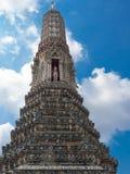 O templo de Dawn Wat Arun e do céu azul em Banguecoque, Tailândia Foto de Stock