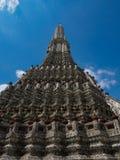O templo de Dawn Wat Arun e do céu azul em Banguecoque, Tailândia Imagens de Stock Royalty Free