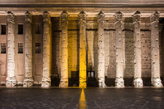 O templo de Hadrian, noite iluminou colunas Foto de Stock