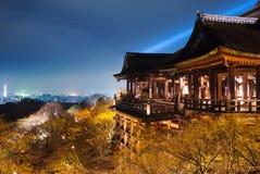 O templo de Kiyomizu negligencia a cidade de kyoto Fotografia de Stock Royalty Free