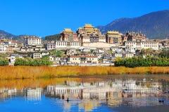 O templo de Songzanlin igualmente conhecido como o monastério de Ganden Sumtseling, é um monastério budista tibetano na cidade de imagem de stock royalty free