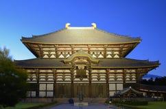 O templo de Todai-ji em Nara, Japão durante ilumina-se acima Imagem de Stock