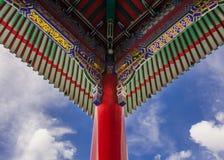 O templo do beirado, templo chinês, céu nubla-se Foto de Stock Royalty Free