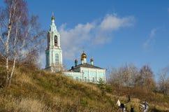 O templo do Natal abençoou o Virgin no outono dos montes de Krylatsky Imagem de Stock Royalty Free