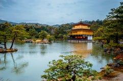 O templo dourado do pavilhão é templo budista de zen em Kyoto, Japão foto de stock