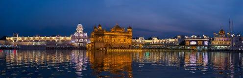 O templo dourado em Amritsar, em Punjab, em Índia, no ícone o mais sagrado e no lugar da adoração da religião sikh Iluminado na n foto de stock royalty free