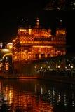 O templo dourado em Amritsar, em Punjab, em ?ndia, no ?cone o mais sagrado e no lugar da adora??o da religi?o sikh Iluminado na n fotografia de stock royalty free