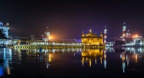 O templo dourado na noite Fotos de Stock Royalty Free