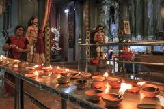 O templo e as velas iluminaram-se por turistas dentro das cavernas de Batu em Kuala Lumpur, Malásia As cavernas de Batu são ficad Foto de Stock
