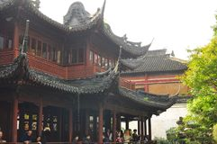 O templo e o Yuyuan velhos do ` s do deus da cidade jardinam em Shanghai fotografia de stock