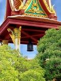 O templo em Tailândia, dizendo a época da Buda, sino preto, a torre de sino imagens de stock royalty free