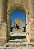 O templo visto através do arco triunfal em Sufetula Fotografia de Stock Royalty Free