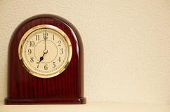 O tempo é 7:00 Imagens de Stock