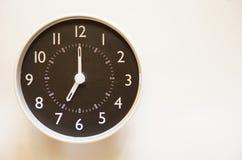 O tempo é 7:00 Fotografia de Stock Royalty Free