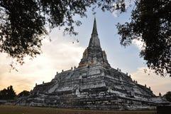 O tempo crepuscular no templo de Wat Phukhutong Fotos de Stock Royalty Free