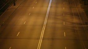 O tempo da cidade da noite dobra, tráfego de cidade da noite, tiro do tempo-lapso vídeos de arquivo