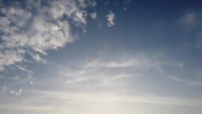 O tempo de relaxamento desce nuvens com um céu azul escuro e cirrocumus video estoque