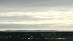 O tempo decorre a nuvem acima do campo video estoque