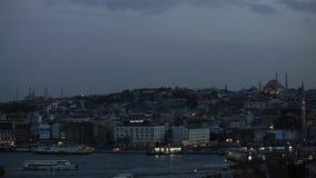 O tempo dobra a vista no centro de Istambul e do passo de Bosporus na noite filme