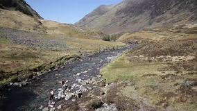 O tempo ensolarado bonito da mola foi apreciado por visitantes no vale de Glencoe, Glen Coe Lochaber Scottish Highlands Escócia video estoque