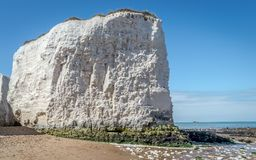 O tempo ensolarado trouxe turistas e visitantes à praia da baía da Botânica perto de Broadstairs Kent apreciar as ondas da praia  imagem de stock royalty free