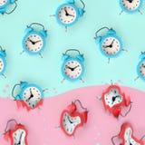 O tempo está funcionando para fora Despertadores vermelhos derretidos imagem de stock royalty free