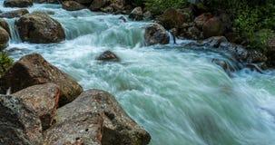 o Tempo-lapso do rio corre nas montanhas 4K filme