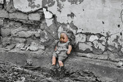 O tempo parou para um brinquedo das crianças na jarda da casa velha Imagens de Stock