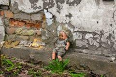O tempo parou para um brinquedo das crianças na jarda da casa velha Imagem de Stock Royalty Free