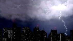 O temporal e a chuva quebram sobre a cidade, parafusos de relâmpago acima dos arranha-céus Imagens de Stock Royalty Free