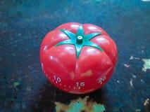O temporizador vermelho de Pomodoro a ajudar na concentração, melhora a produtividade imagens de stock royalty free