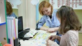 O terapeuta de discurso trata a criança, doutor do ` s das crianças da recepção, desenvolvimento da língua do discurso, pronuncia filme