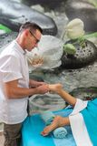 O terapeuta do osteopata faz a manipulação e a massagem ao pé o paciente fotos de stock royalty free