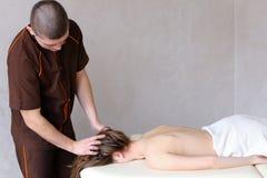 O terapeuta e o doutor masculinos especializados fazem o procedimento fácil para r foto de stock royalty free
