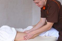O terapeuta profissional da massagem do indivíduo faz à mão anti-celulites foto de stock royalty free