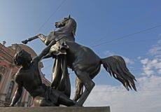 O terceiro grupo escultural de Tamers famoso dos cavalos na ponte de Anichkov, Sankt-Peterburg Fotografia de Stock Royalty Free
