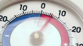 O termômetro de Frost mostra a temperatura crescente do frio para aquecer-se video estoque