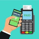 O terminal da posição confirma o pagamento pelo smartphone vector a ilustração no projeto liso no fundo azul conceito dos pagamen Imagem de Stock Royalty Free