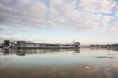 O terminal de carvão no inverno no porto em Ventspils, Letónia Foto de Stock Royalty Free