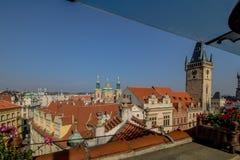 O terraço do telhado o príncipe de U do hotel 'na praça da cidade velha em Praga no verão, República Checa fotos de stock