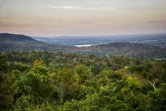 O terreno é o fundo montanhoso, o conceito do turismo imagens de stock royalty free
