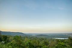 O terreno é o fundo montanhoso, o conceito do turismo foto de stock