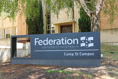 O terreno da rua do acampamento da universidade da federação de Ballarat, uma mistura de construções novas e históricas, casas a  Fotos de Stock Royalty Free