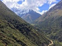 O terreno rochoso, remoto e majestoso do passeio na montanha de Salkantay, altamente nas montanhas de Andes, na maneira a Machu P imagem de stock