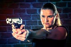 O terrorista perigoso da mulher vestiu-se no preto com uma arma em seu han imagem de stock royalty free