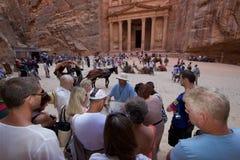 O Tesouraria Petra Jordan, guia turística Fotos de Stock Royalty Free
