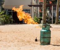 O teste da luta contra o incêndio do treinamento ateia fogo ao tanque de gás fotos de stock royalty free