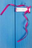 O teste de gravidez com resultado positivo envolveu a fita, esperando para o bebê, espaço da cópia para o texto Fotos de Stock