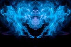 O teste padrão abstrato do azul e da turquesa retroiluminados do fumo colorido toma o formulário da cabeça de uma criatura místic ilustração royalty free